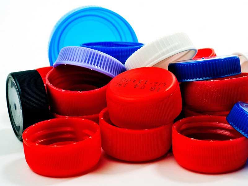 Con tapas de botellas manualidades con tapas de botellas for Tapas de plastico
